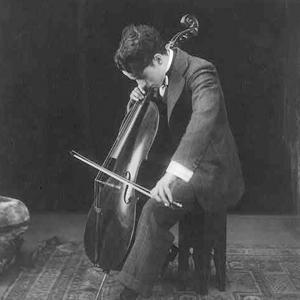 Photo de Charlie Chaplin jouant du violoncelle